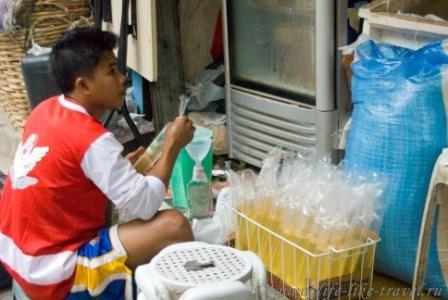 Филиппины, остров Боракай, розлив масла в розницу