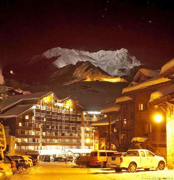 Так выглядит улица Валь Торанса вечером