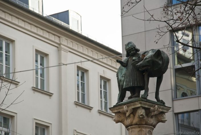 Скульптура Красная шапочка и серый волк, Мюнхен