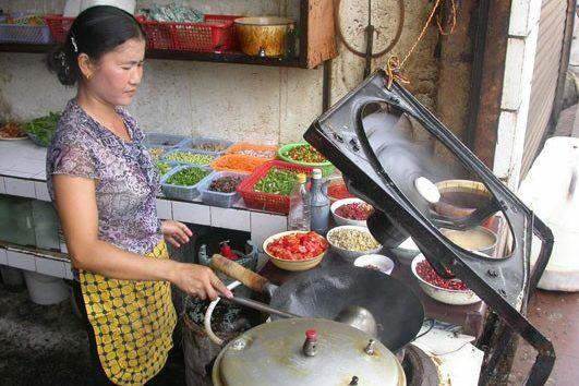 Горячий китайский салат-закуска из сырой картошки