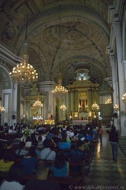 Филиппины, Манила, служба в Соборе Св. Августина в честь Святого Ниньо - младенца Христа