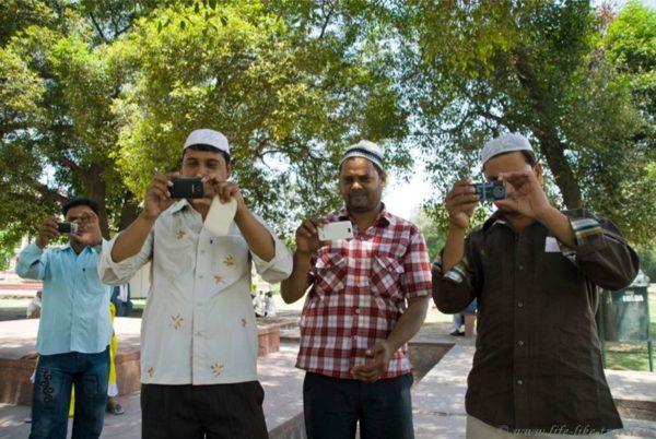 Оптическая Камасутра: почему индийские мужчины снимают туристок на телефоны. Догадались?