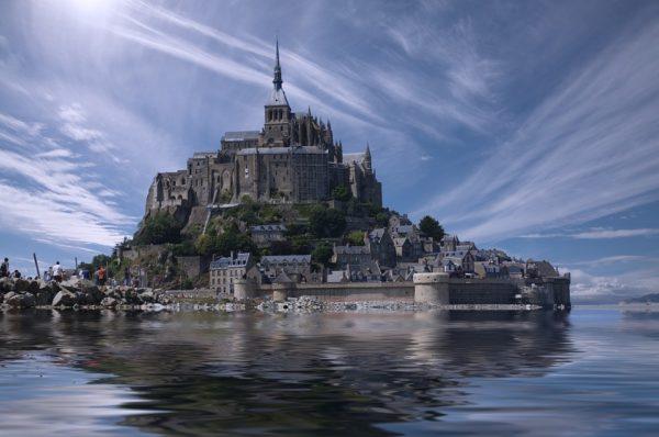 Знаменитые зыбучие пески аббатства Мон-сен-Мишель и Священный Грааль короля Артура