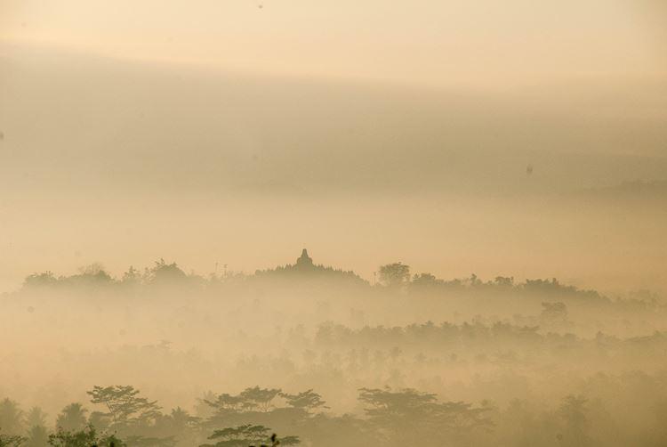 Фото остров Ява, Индонезия: древний комплекс Борободур, вулкан Мерапи, достопримечательности Джокьякарты, Прамбанан, Серебряная деревня, плато Дьенг, Канди Арджуна, Телага Варна, Сикиданг